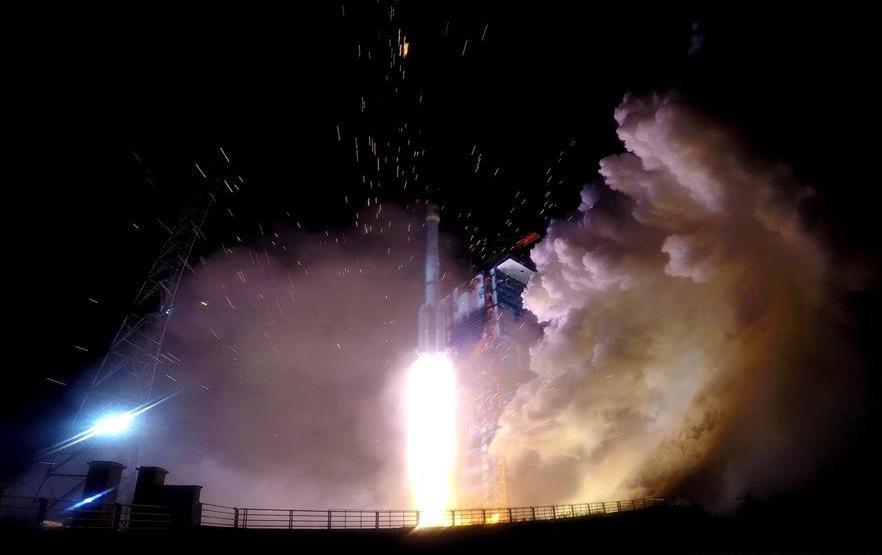 China lanza tres satélites de observación e investigación