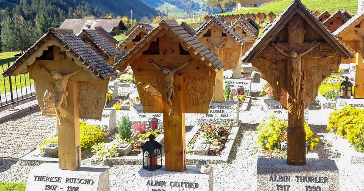 Escultores autodidactas construyeron vistoso cementerio con lápidas de madera