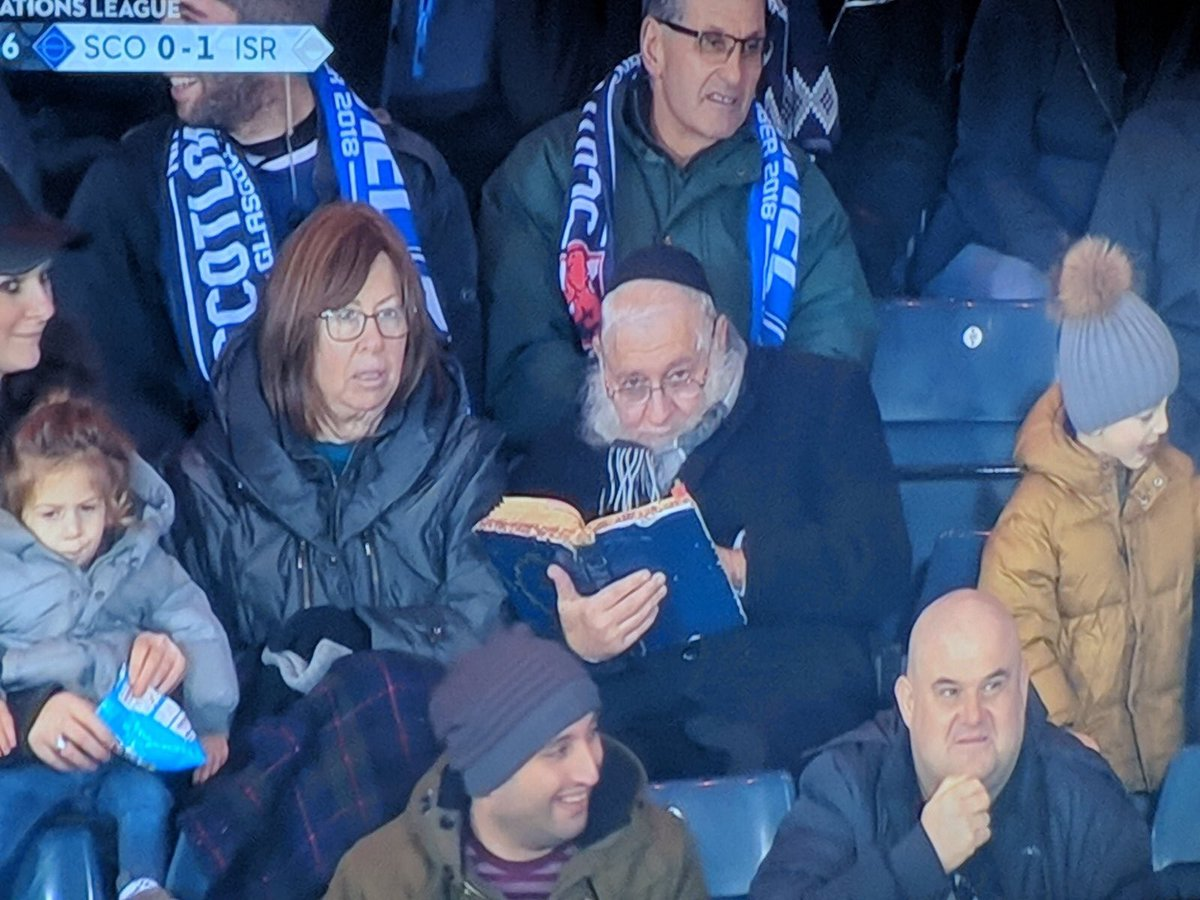 (Video) Rabino se hace viral en las redes por leer texto sagrado durante un partido de fútbol