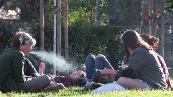 Las Condes: Comienza prohibición de fumar en las plazas y parques de la comuna