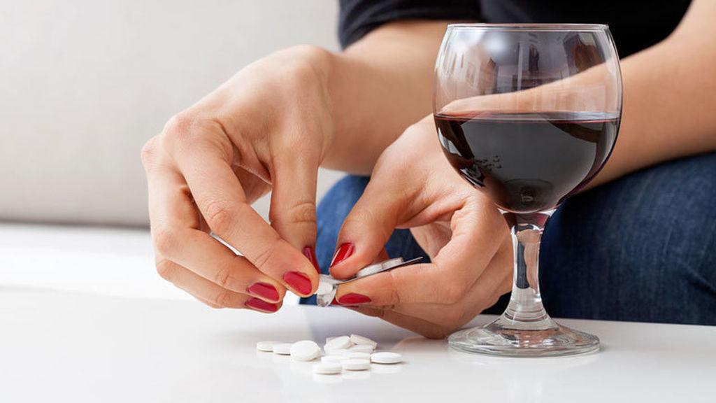 ¿Por qué no es compatible tomar alcohol y medicamentos a la vez? Conozca el último estudio