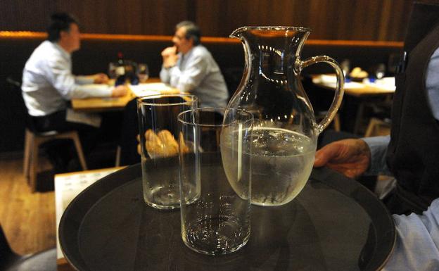 Polémica: Propuesta de servir agua gratuita enfrenta a consumidores y hosteleros