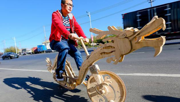 (Fotos) Un chino armó una bicicleta en forma de dragón con paletas de helado