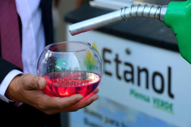 Bolivia inicia la venta del biocombustible Súper Etanol 92