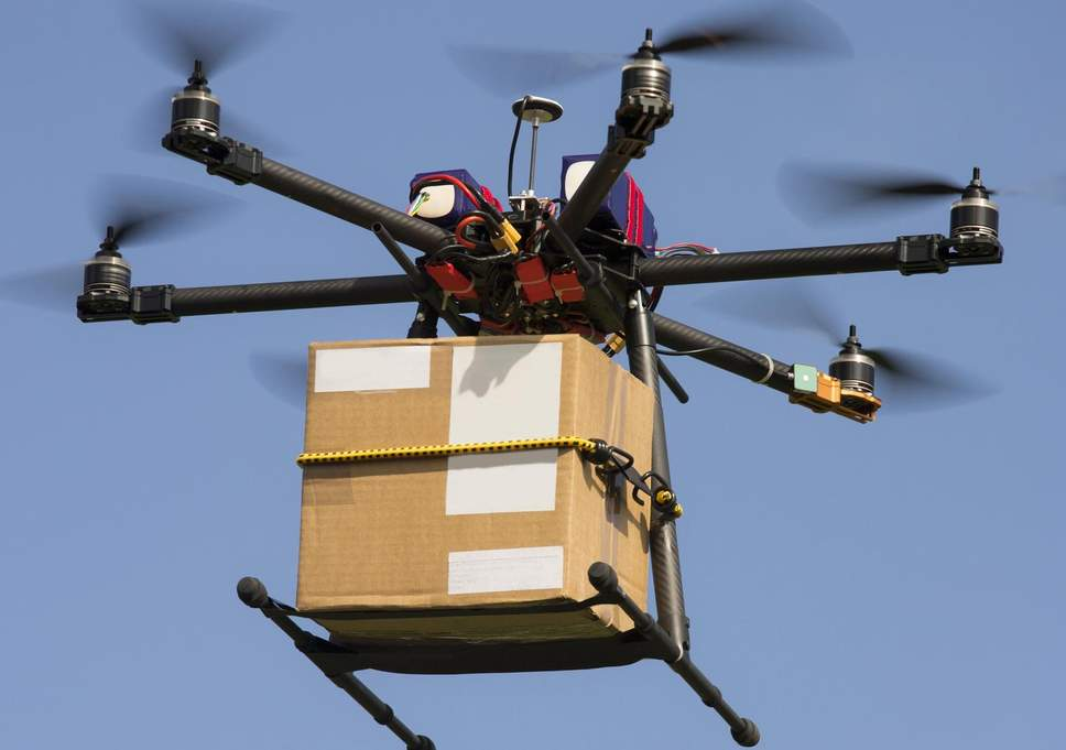 Japón hace la primera entrega de servicio postal con un dron