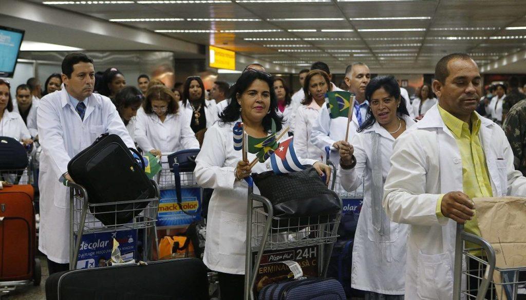 Más de 400 médicos cubanos embarcan en Brasilia rumbo a La Habana