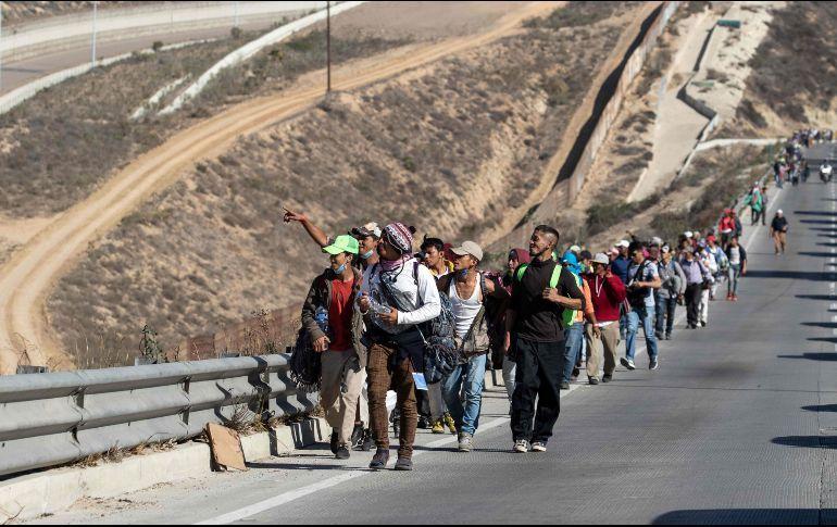 Cientos de migrantes llegan a Tijuana, en la frontera de México con EE. UU.