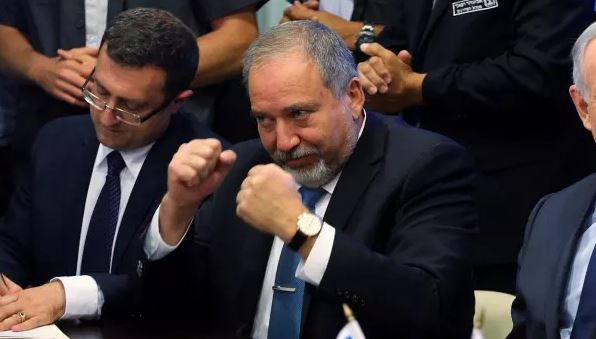 Un iracundo Ministro de Defensa israelí dimite en rechazo a la tregua con Gaza