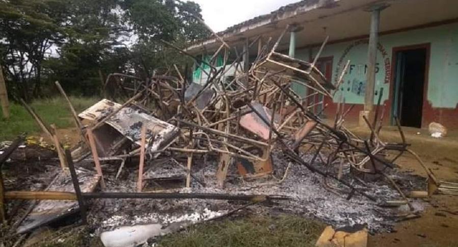 (Video) Encapuchados queman instalaciones de una escuela indígena en el Cauca