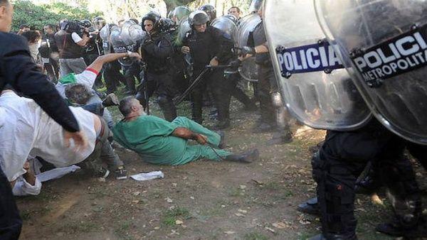 Asesinado militante social por brutal represión de la policía de Buenos Aires