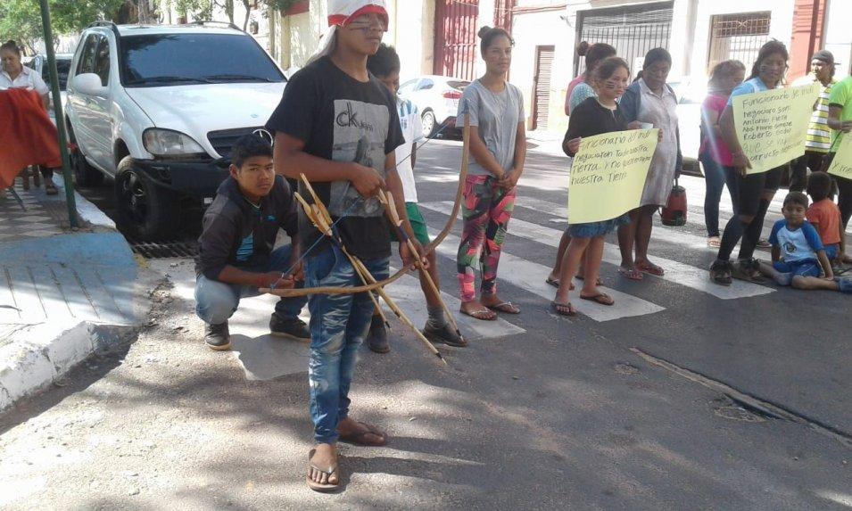 Nativos damnificados protestan en Paraguay y piden albergues