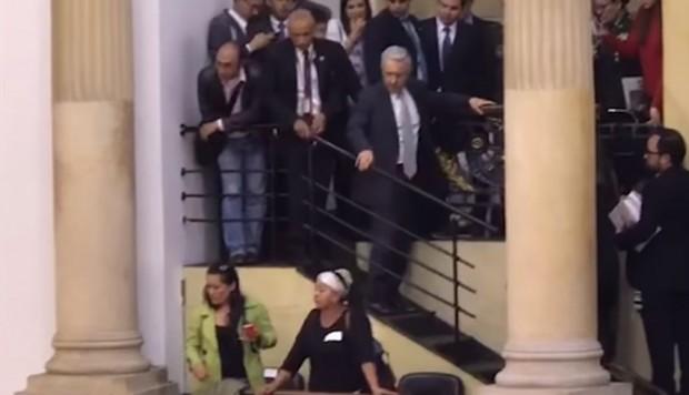 (Video) Lanzaron ratones a la bancada del partido de Uribe en el Senado