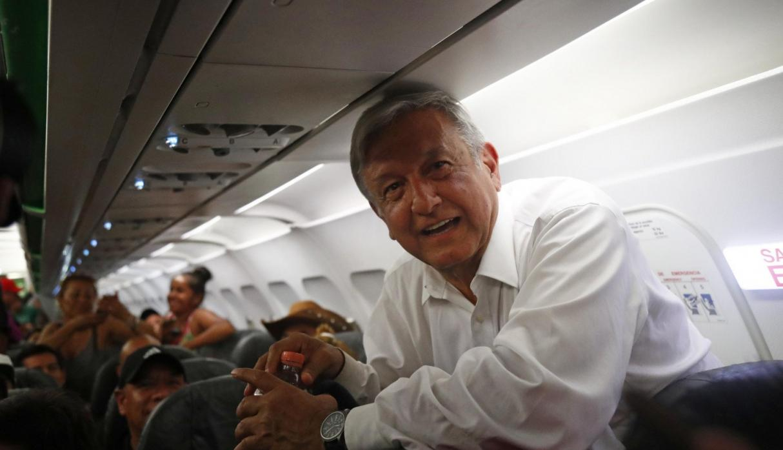AMLO cumple su promesa de viajar en vuelos comerciales