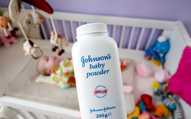 En el ojo del Huracán: Acciones de Johnson & Johnson se hunden en la Bolsa tras revelarse que sus talcos contenían amianto