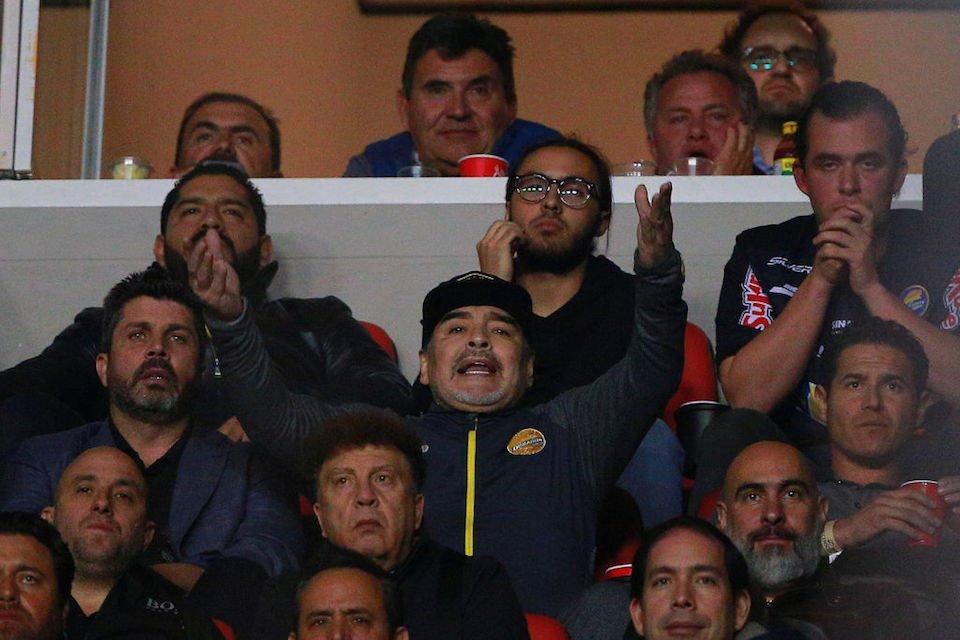 (Video) Maradona pierde el control tras ser insultado por los hinchas rivales
