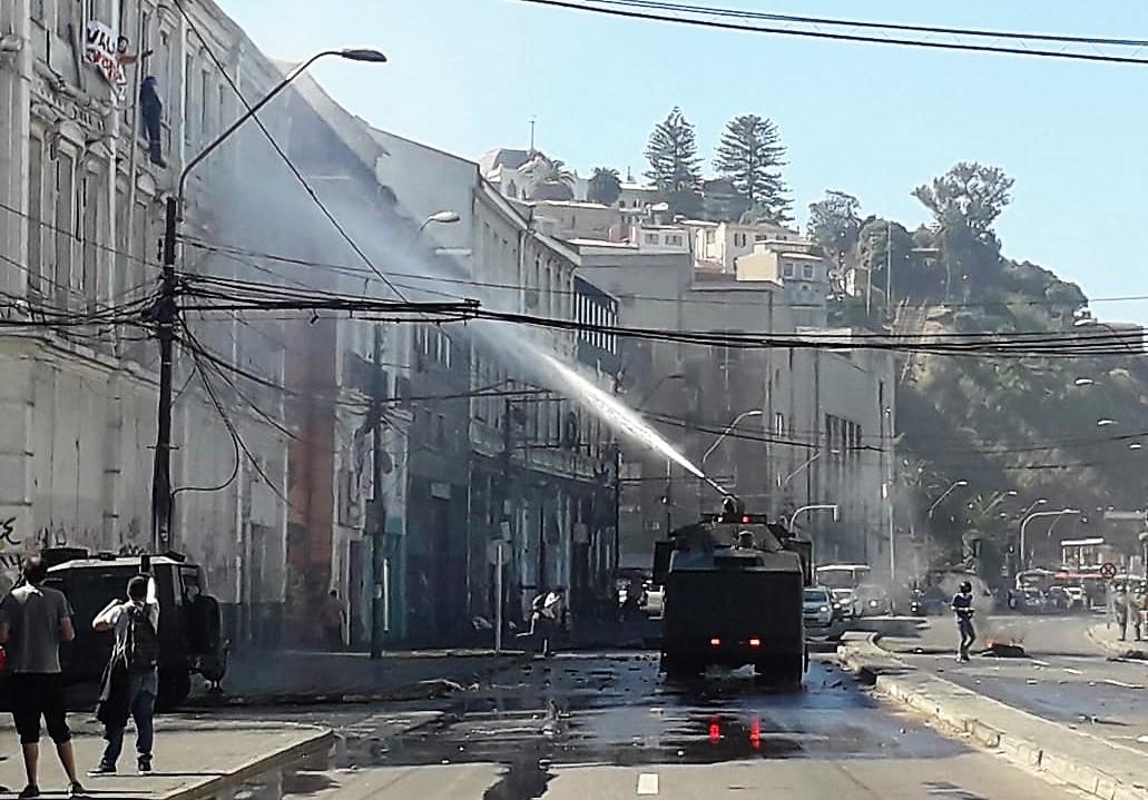 «Si hay un muerto va a ser responsabilidad de Piñera»: Acusan violento actuar de Carabineros contra portuarios en Valparaíso