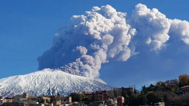 (Video) Volcán Etna entra en erupción y provoca terremoto de 4,8 en Catania
