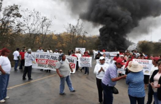 Indígenas y campesinos ecuatorianos protestan contra el retiro de concesiones de tierras