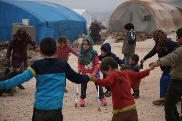 """La sonrisa de una niña siria que nació sin piernas y usaba """"prótesis"""" de lata"""