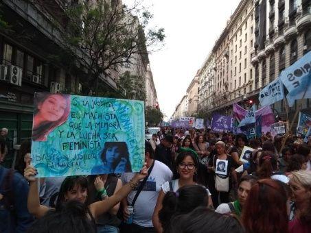 Mujeres argentinas protestan contra el fallo en un caso de feminicidio