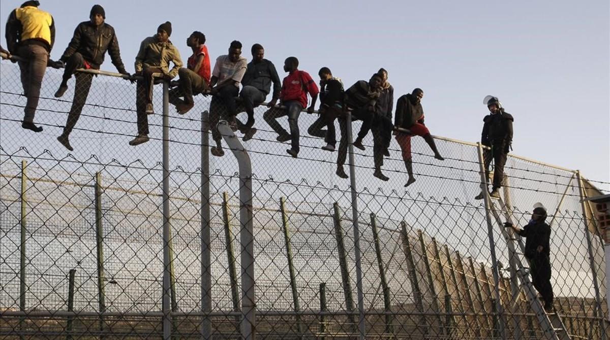 Marruecos y España impiden a 60 migrantes saltar la valla de Ceuta