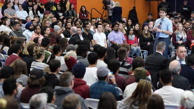 Indígenas interpelan al Primer Ministro de Canada en una asamblea pública