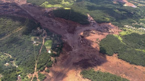 (Video) Más de 200 desaparecidos al reventarse una presa de desechos tóxicos en Brasil
