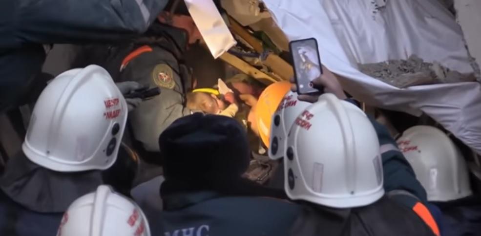 VIDEO: Rescatan a un bebé entre los escombros de un edificio en Rusia