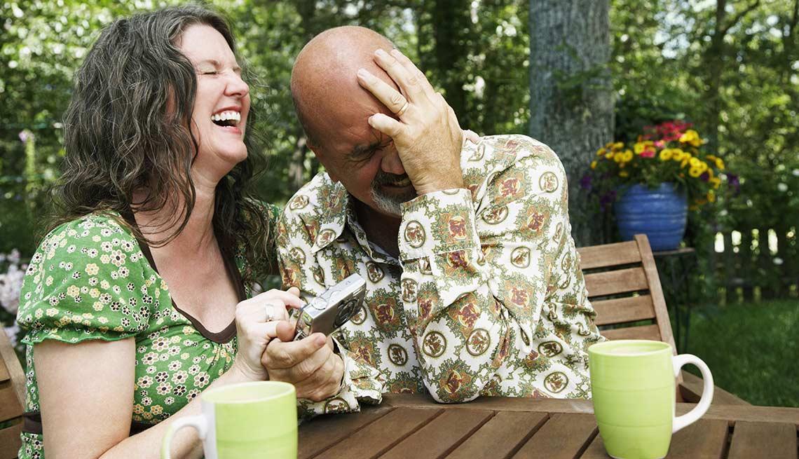 Con risa y buen humor las parejas pueden superar sus diferencias