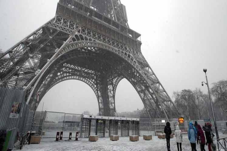 Torre Eiffel cerrada por tormenta de nieve, lluvia y viento