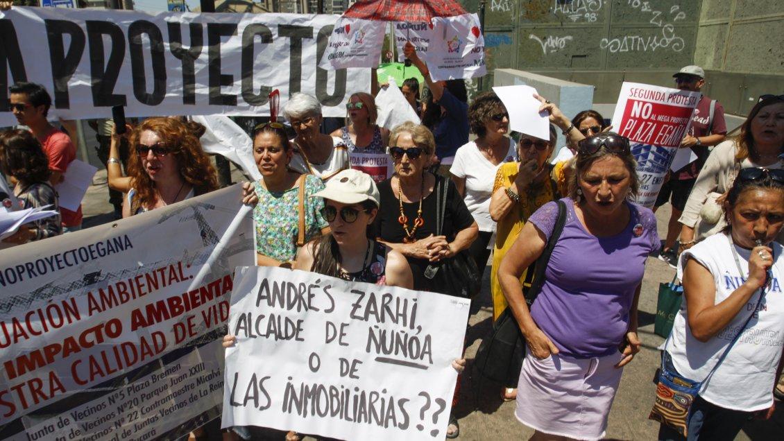 Santiago: Vecinos de La Reina y Ñuñoa protestan contra megaproyecto inmobiliario en Plaza Egaña