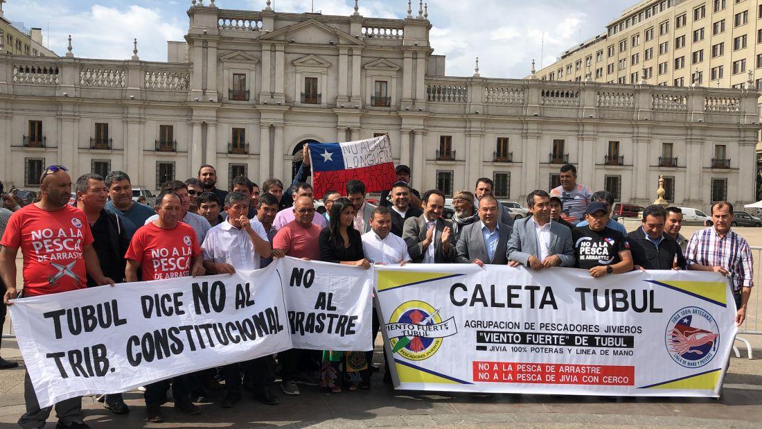 Diputados y pescadores artesanales exigen a Piñera promulgar la Ley de la Jibia