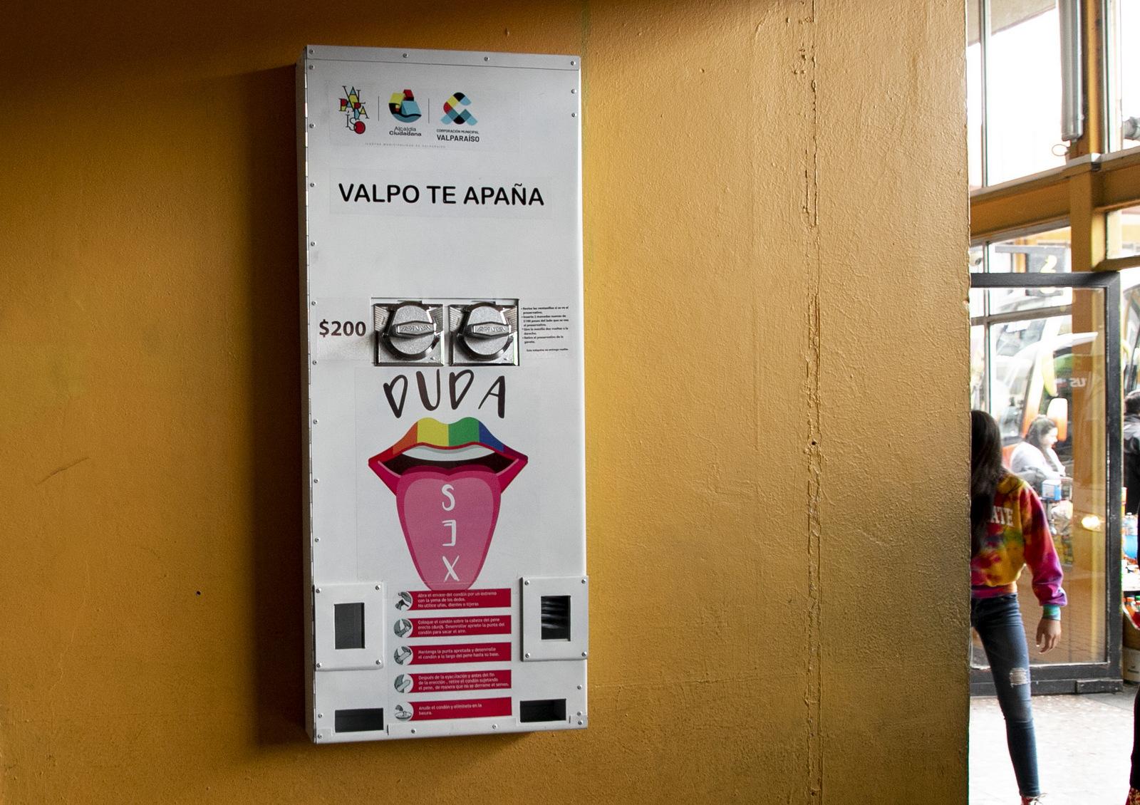 El arrollador éxito del dispensador de condones instalado en el terminal de buses de Valparaíso