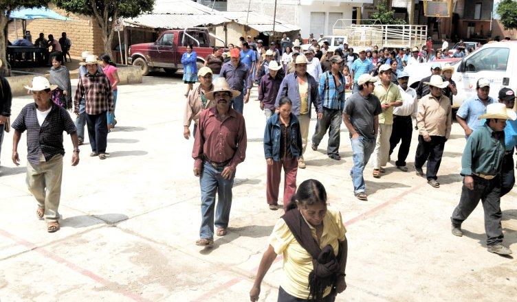 (Video) Grupos armados ejecutan a 8 indígenas mientras rezaban en México