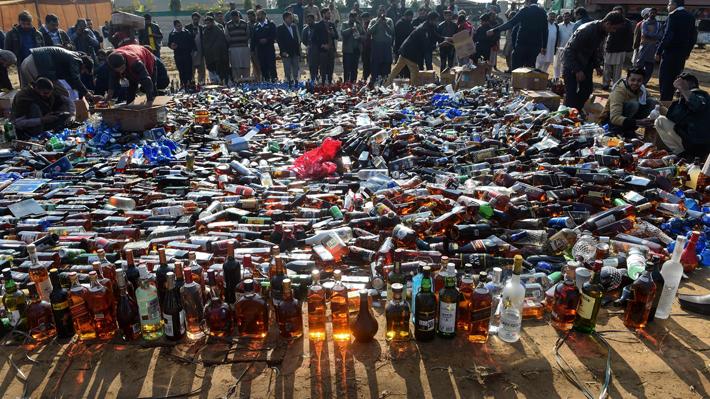 Intoxicación etílica en India: Mueren más de 100 personas por alcohol envenenado