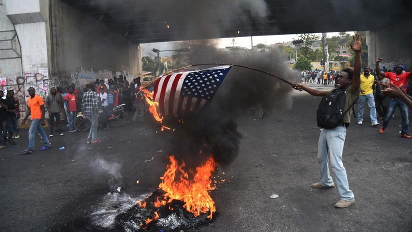 (Vídeo) Manifestantes haitianos queman bandera de EE.UU.