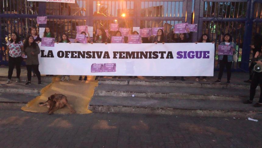 Con toma feminista en la Usach y barricadas comienza la huelga general del 8M