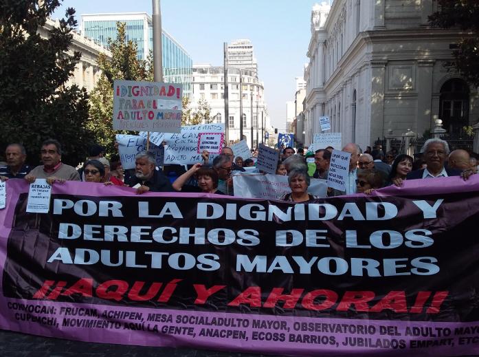 """""""Nos sentimos muy abandonados"""": Marcha de los adultos mayores llega hasta La Moneda"""