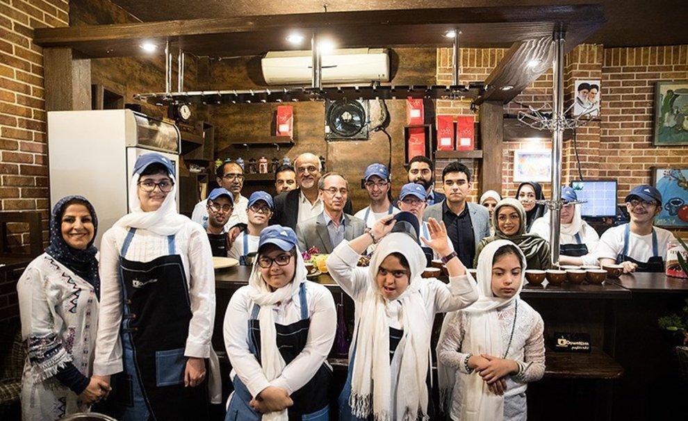 (Video) El café iraní atendido por personas con síndrome de down o con autismo