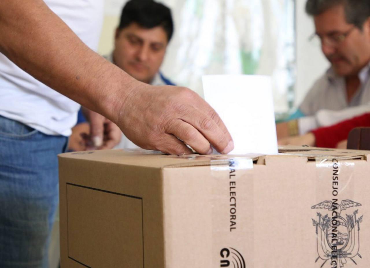 Ecuatorianos participan este domingo en elecciones seccionales