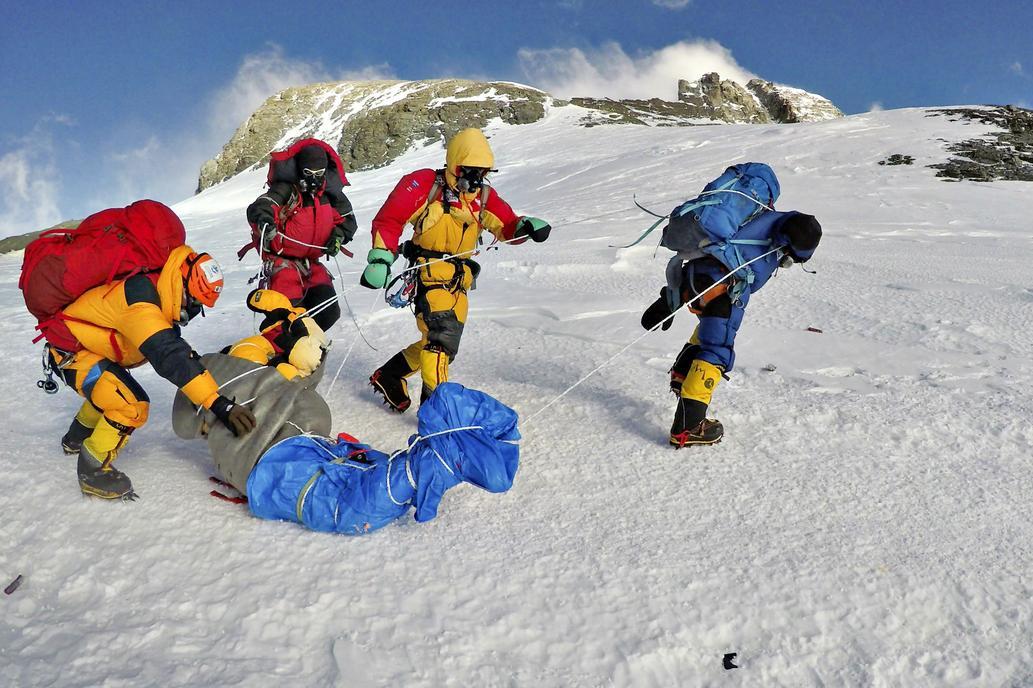 El deshielo en el monte Everest exhibe una galería de cadáveres