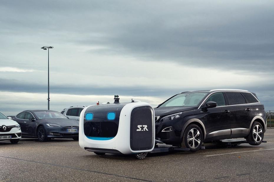 Los sorprendentes robots que estacionan vehículos en un aeropuerto francés