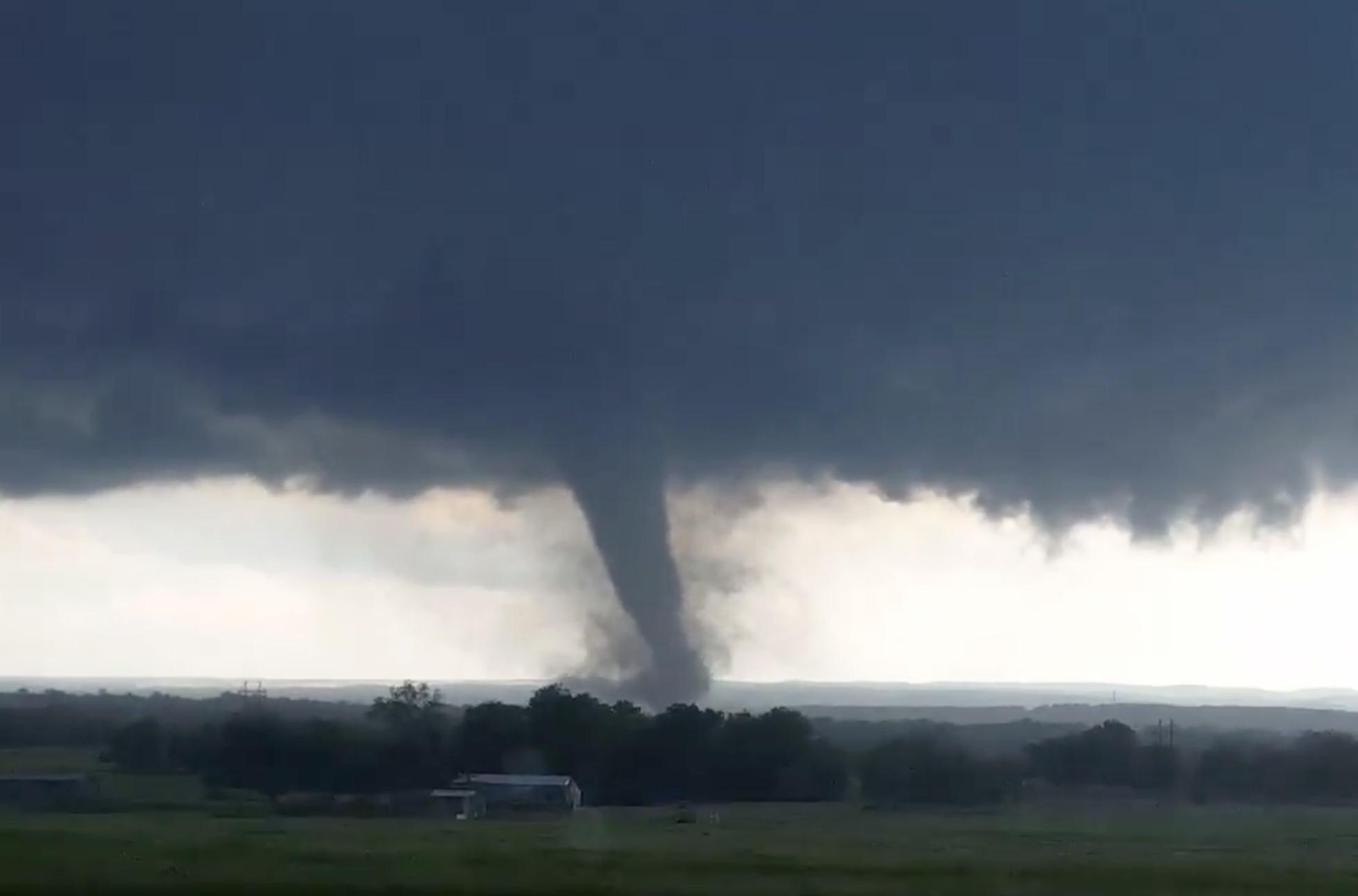 (Vídeo) Oleada de tornados dejó al menos 23 muertos en EE.UU.