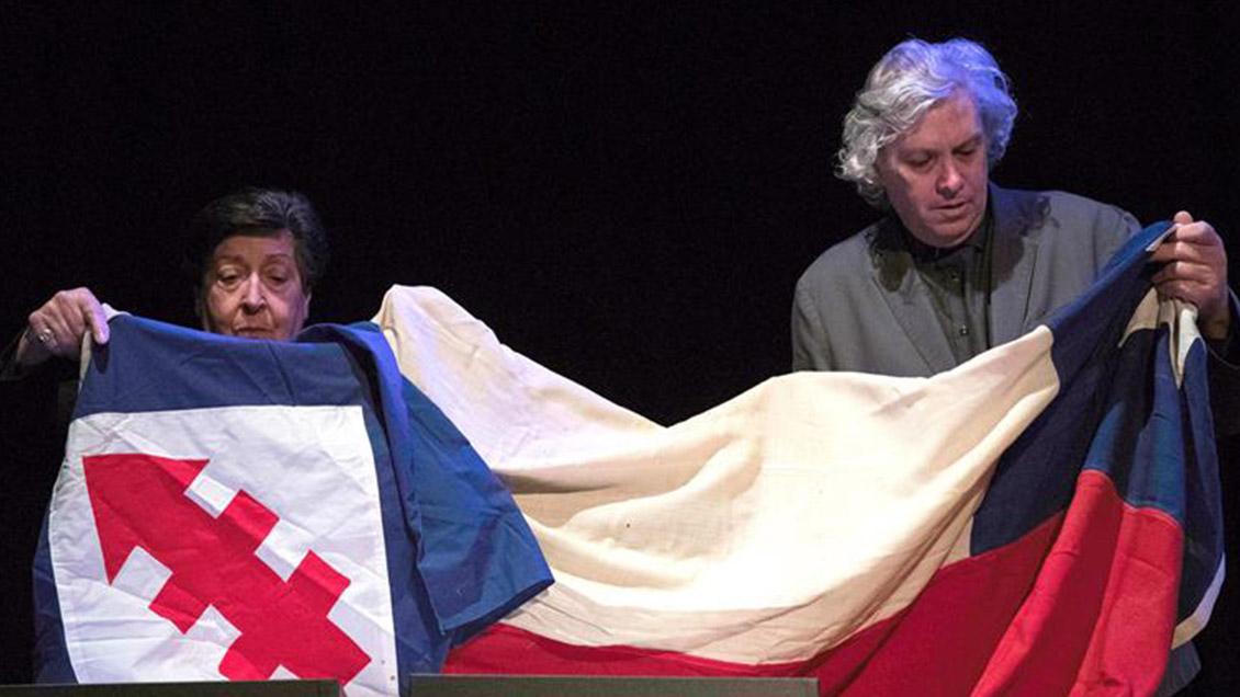 Carmen Frei donó al Museo de la Memoria las banderas que cubrieron el féretro de su padre en 1982