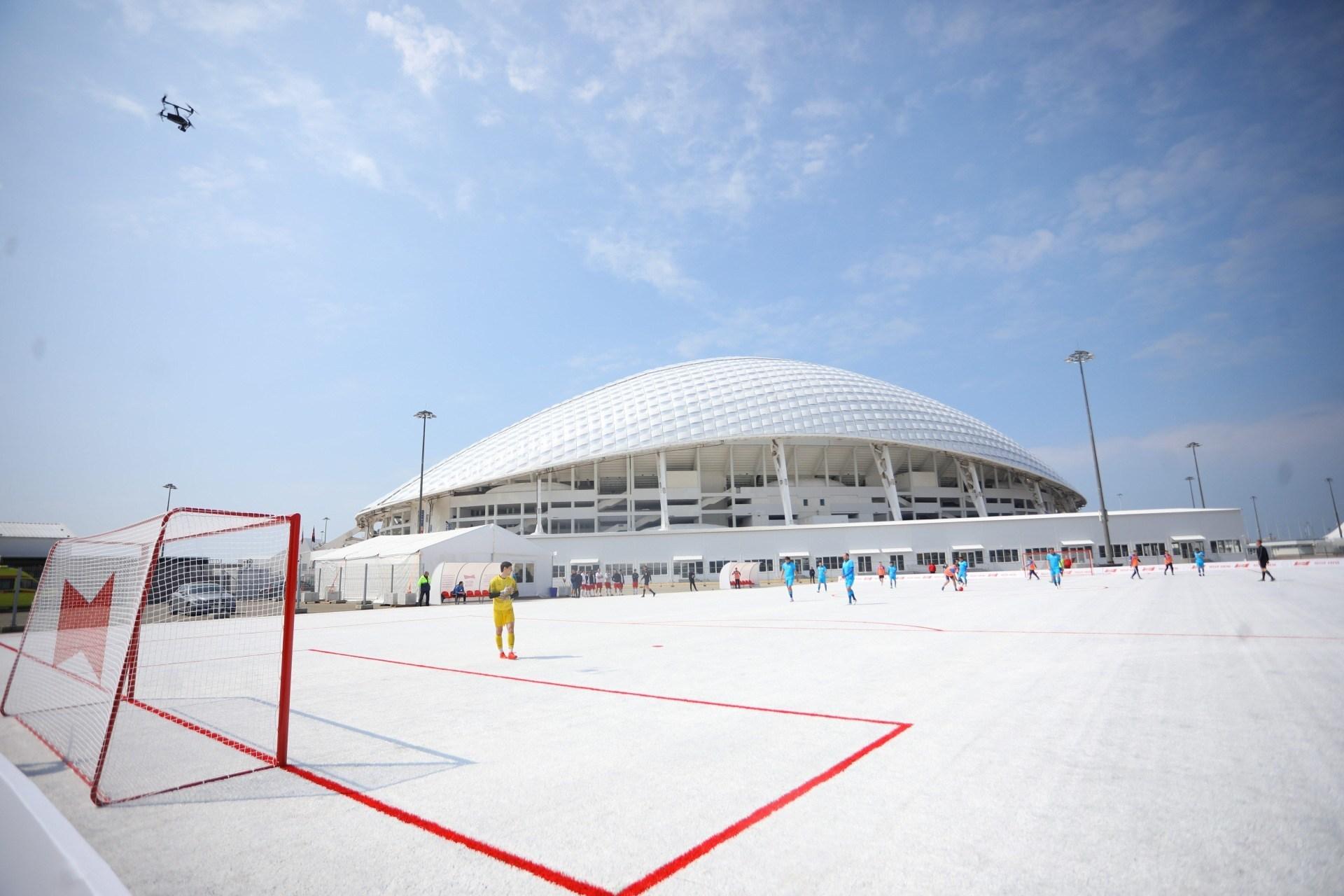 Rusia crea cancha de fútbol con 50.000 vasos de plástico reciclados