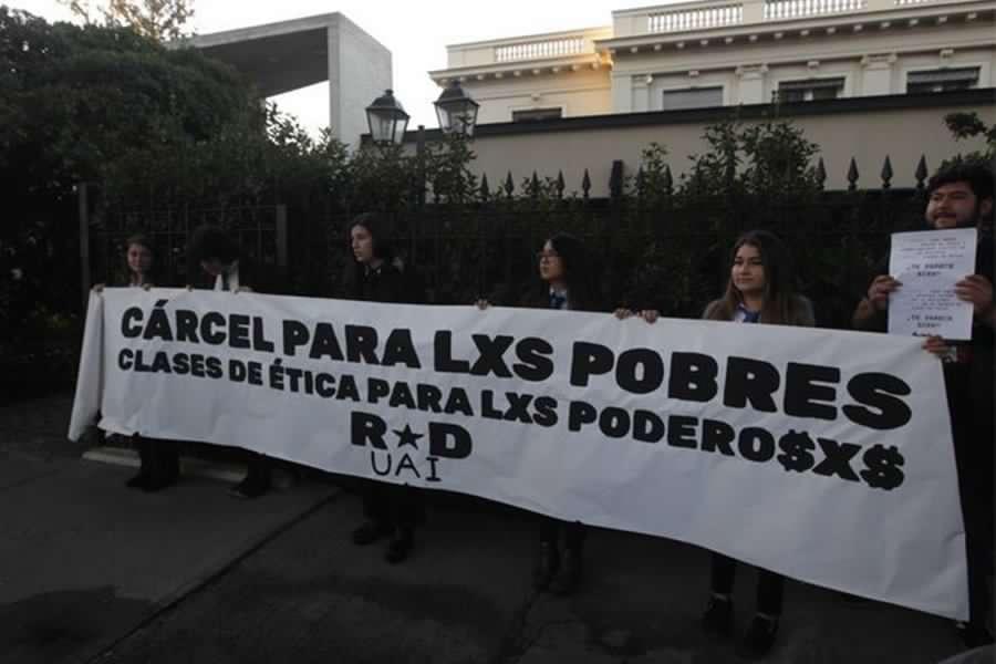 """Caso Penta: Délano y Lavín son recibidos con protesta de estudiantes en su primera """"clase de ética"""""""