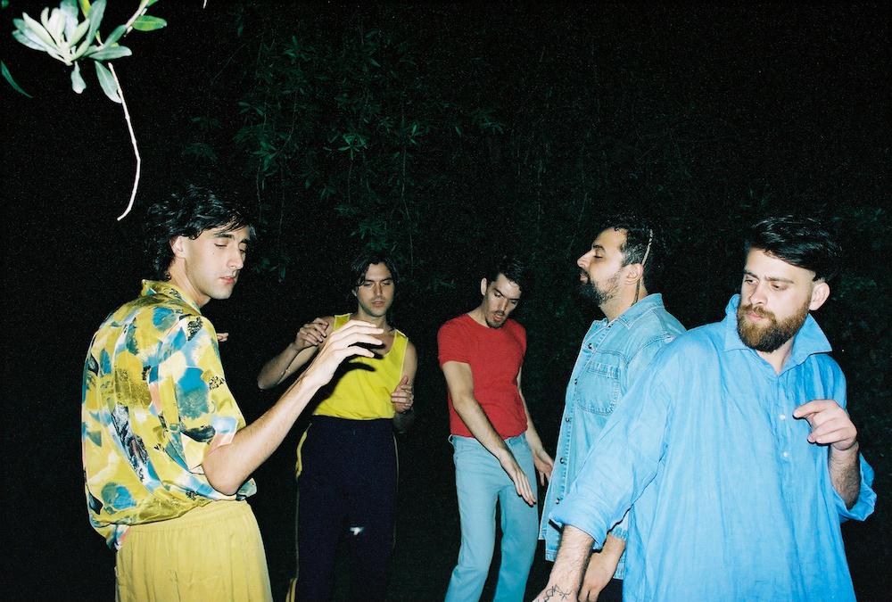Indios presenta 'Ya lo sé' sencillo adelanto de su próximo álbum 'Besos en la espalda'