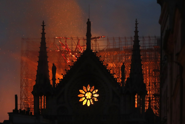 Las torres principales de Notre Dame «están a salvo» tras el incendio