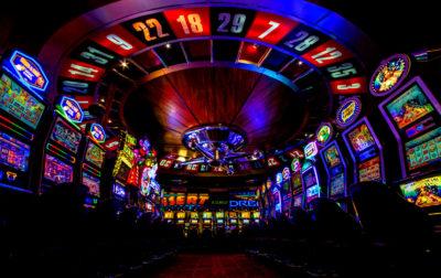 Las apuestas máximas permitidas en máquinas para apostar del Reino Unido disminuyeron a 2,30€