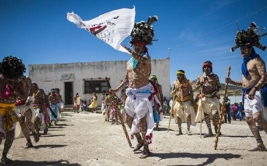 (Video) Indígenas mexicanos bailan para iniciar la Semana Santa Rarámuri